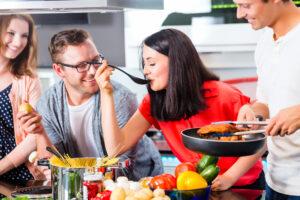Freunde beim Kochen in der Küche