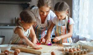 glückliche Familie beim Kochen in der Küche